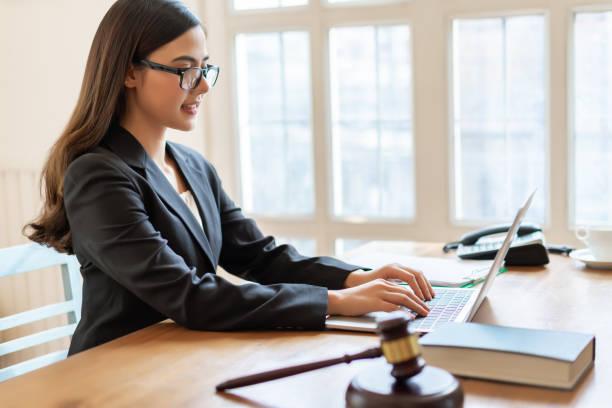 rechtsanwalt frauen unternehmensberater mit laptop im büro arbeiten. - rechtsassistent stock-fotos und bilder