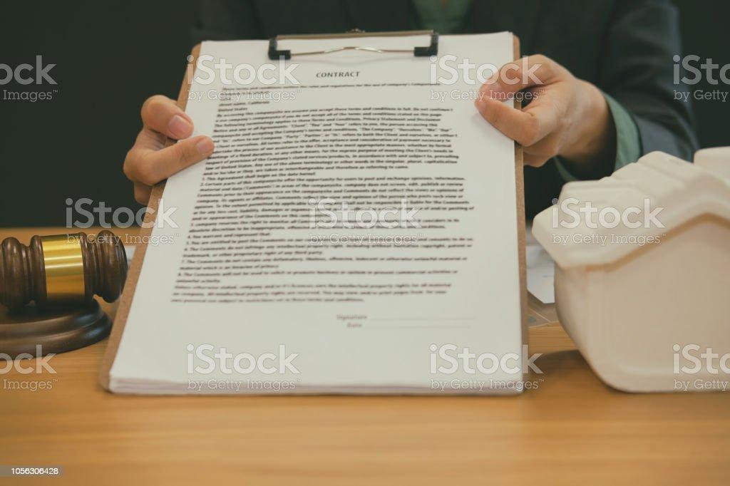 Foto De Contrato De Exibição Do Advogado Empresário Agente