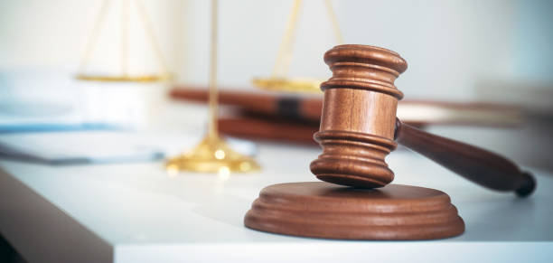 Abogado empresario que trabaja o lee el libro de abogados en el lugar de trabajo de la oficina para el concepto de abogado consultor. - foto de stock