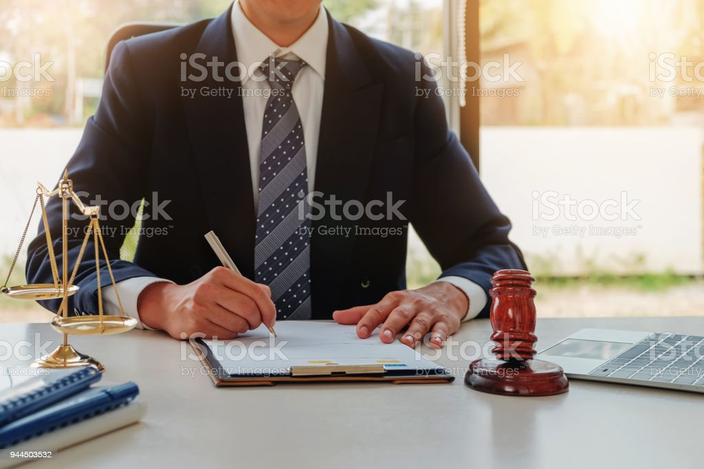 Rechtsanwalt-Konzept, juristische Berufe mit Hammer und Anwalt Marke rechtliche Geräte am Schreibtisch im Büro. – Foto
