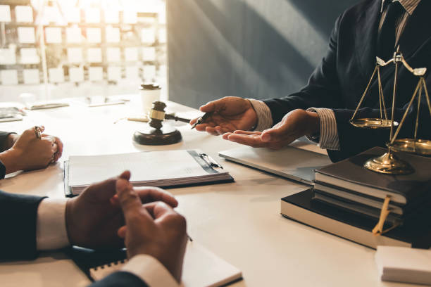 lawyer give his customers signed a contract in the document. consulting in regard to the various contracts - lawyer stock pictures, royalty-free photos & images
