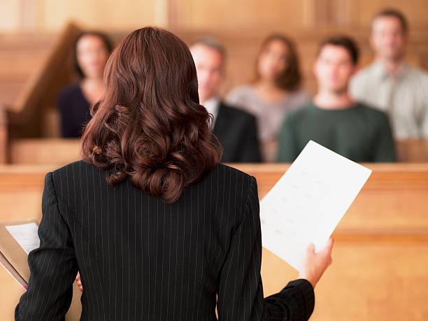 abogado de retención de documentos y hablando de jurado en courtroom - abogado fotografías e imágenes de stock