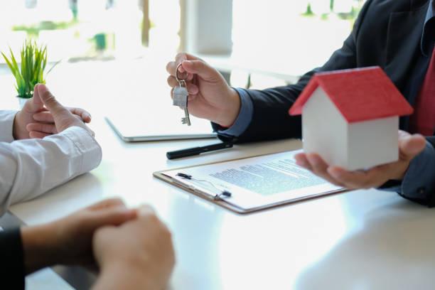 Rechtsanwalt Versicherungsmakler Beratung gibt Rechtsberatung für Paar Kunden über den Kauf von Miethaus. Finanzberater mit Hypothekarkredit-Investitionsvertrag. Makler beim Verkauf von Immobilien – Foto