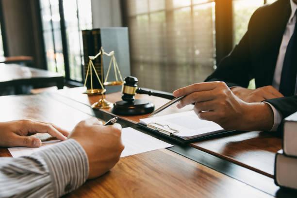 el abogado está explicando acerca de las leyes de malhechores con respecto al fraude al cliente en la oficina. - abogado fotografías e imágenes de stock