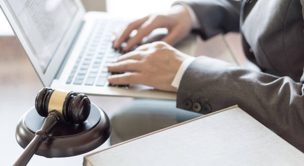 Oficina de abogado. Mazo de juez y abogado que trabajaba en un ordenador portátil. Concepto legal de la ley, el Consejo y la justicia - foto de stock