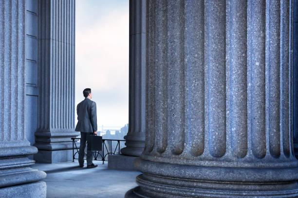 Anwalt oder Geschäftsmann stehen in Portico Of Greek Columns – Foto