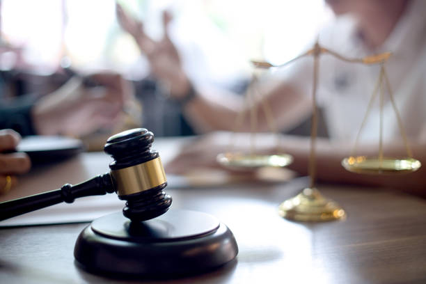 abogado o juez mazo con apretón de manos de equilibrio - abogado fotografías e imágenes de stock