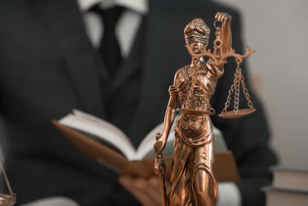 abogado o juez trabajan en la oficina con mazo y escala - foto de stock
