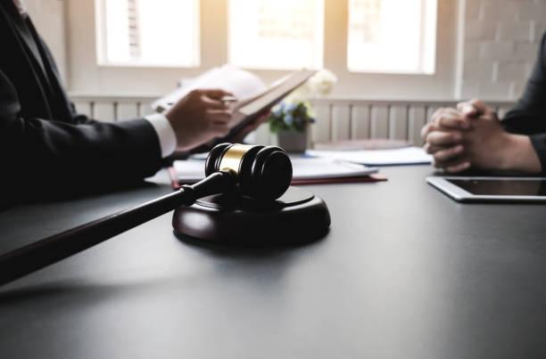 변호사는 법률 자문을 제공 합니다. 법률 변호사, 컨설턴트. - 범죄 뉴스 사진 이미지
