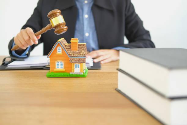 Anwalt mit Richter gavel klopfen Haus modell. Immobilienstreit & Immobilienauktionskonzept – Foto