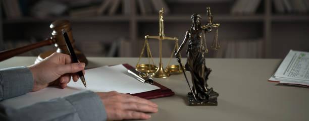 Un abogado trabajando en un escritorio en un tribunal - foto de stock