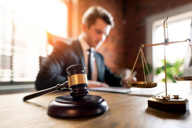 abogado que trabaja en el cargo. concepto de ley y justicia - abogado fotografías e imágenes de stock
