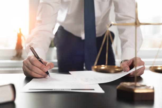 abogado trabajando con documentos. concepto de justicia. - abogado fotografías e imágenes de stock
