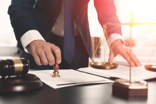 Rechtsanwalt mit Dokumenten arbeiten. Justiz-Konzept. – Foto