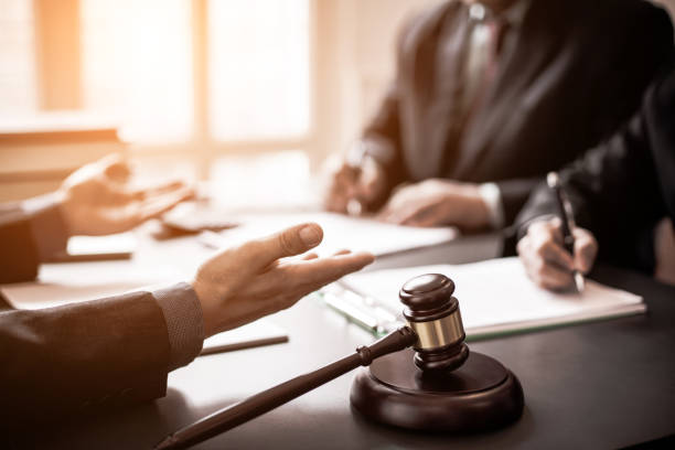 abogados consultados sobre varios juicios. - abogado fotografías e imágenes de stock
