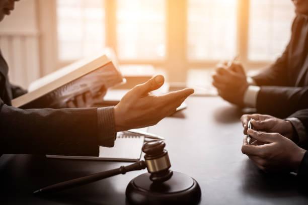 advocaten geraadpleegd over verschillende rechtszaken. - notaris stockfoto's en -beelden