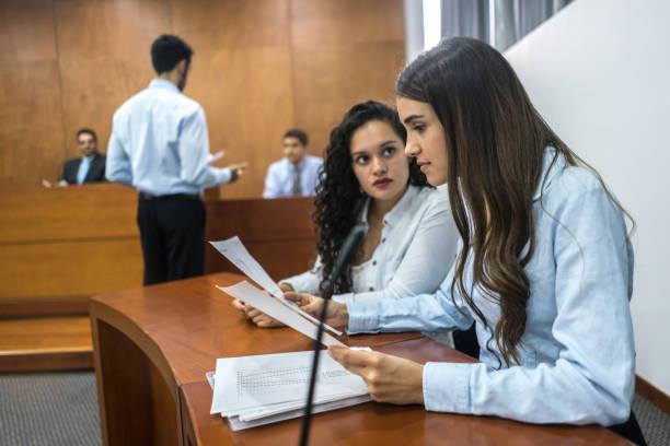 Abogados en juicio en el juzgado - foto de stock