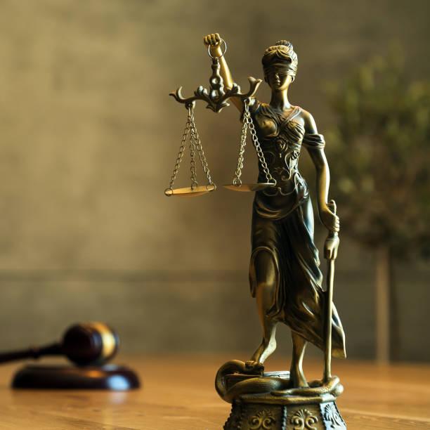 Concepto de oficina de abogados sobre mesa de madera rústica. - foto de stock