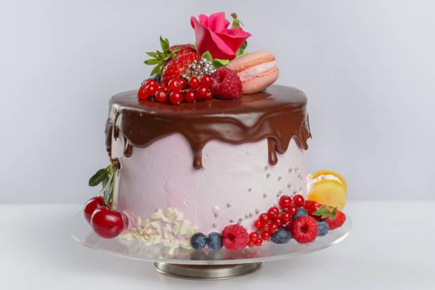 schicht-kuchen mit schokoladenglasur - biskuitboden stock-fotos und bilder
