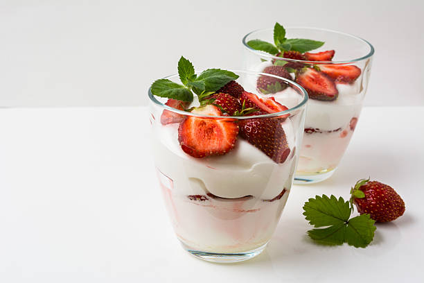 layered strawberries dessert with cream cheese on white backgrou - mascarpone creme stock-fotos und bilder