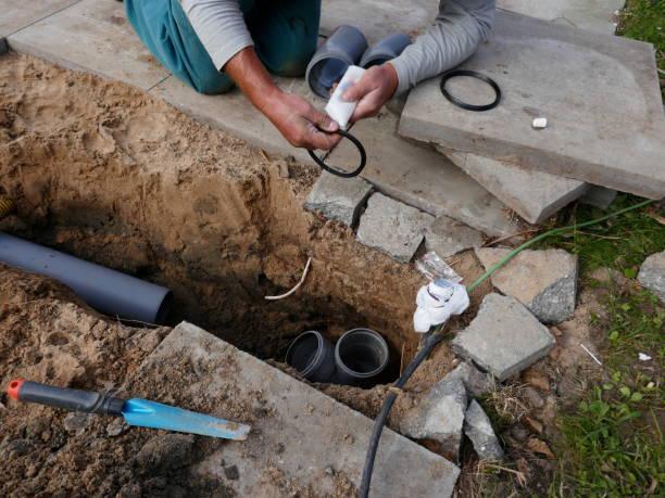 verlegung und montage von einem kanalrohr - kanalisationsabflüsse stock-fotos und bilder