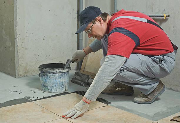 bauchlage keramikfliesen. - betonkleber stock-fotos und bilder