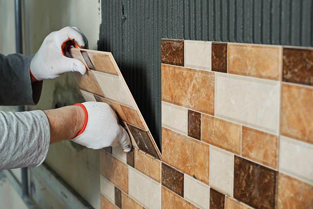 bauchlage keramikfliesen. - keramik fliesen handwerk stock-fotos und bilder