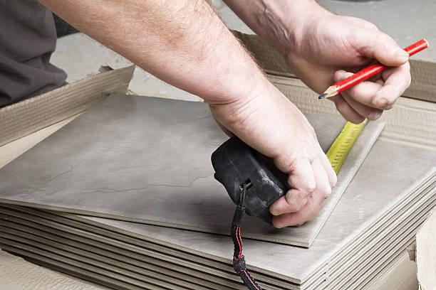 laying ceramic tiles. - fliesenkleber stock-fotos und bilder