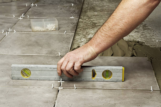 laying ceramic tiles. - betonkleber stock-fotos und bilder