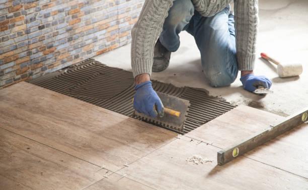 verlegung des fußbodens keramikfliesen. sanierung des fußbodens - betonkleber stock-fotos und bilder