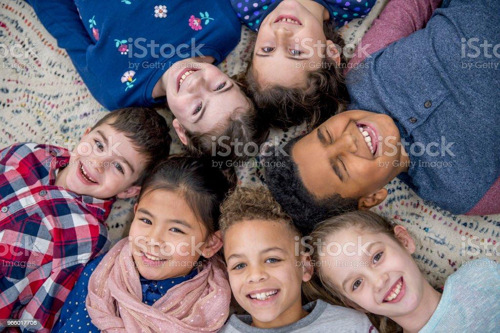 Legen gemeinsam im Klassenzimmer - Lizenzfrei 6-7 Jahre Stock-Foto
