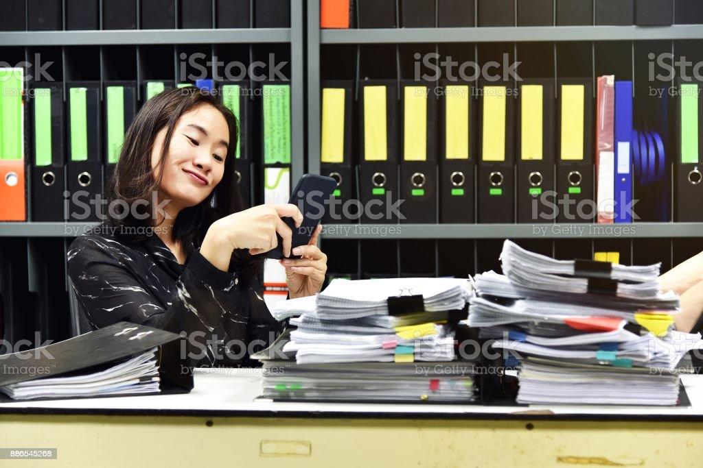 Faul, asiatische Büro Frau mit mobilen Smartphone in Arbeitszeit, nicht produktive Mitarbeiter. – Foto