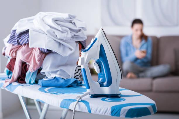 lazy housewife on the couch - divano procrastinazione foto e immagini stock