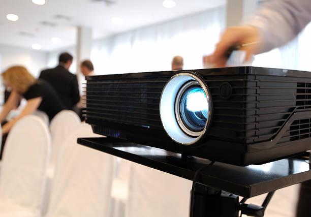 lcd-projektor - veranstaltungsraum stock-fotos und bilder