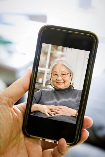 lCOVID-19 Shelter in Place und Social Distancing in der Tat, Virtuelle Betreuung für ältere Eltern durch Live-Streaming, VideoKonferenzen Virtuelles Sammeln – Foto