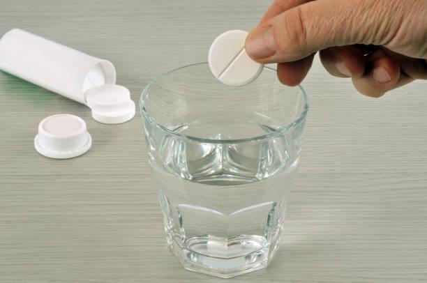 le kaşe d'aspirine efervesan - aspirin stok fotoğraflar ve resimler