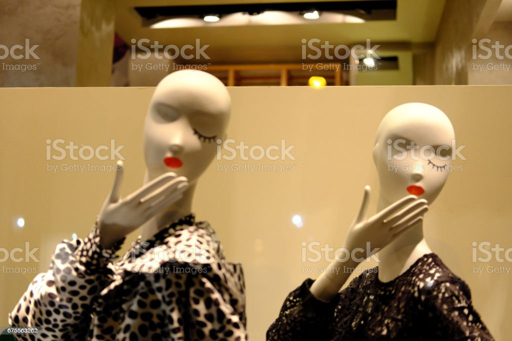 Le donne manovrabili trasmettono baci stock photo