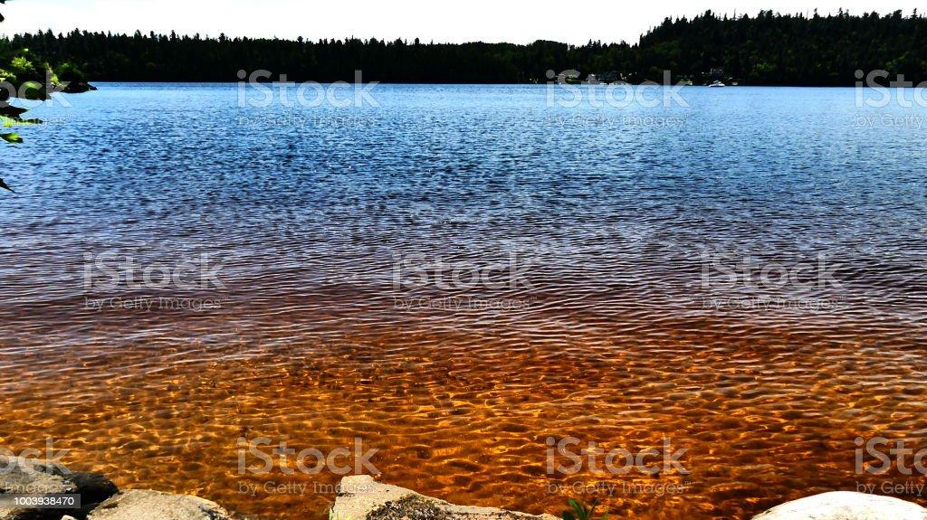 Le fond de l'eau en sable qui reflète au soleil - Photo