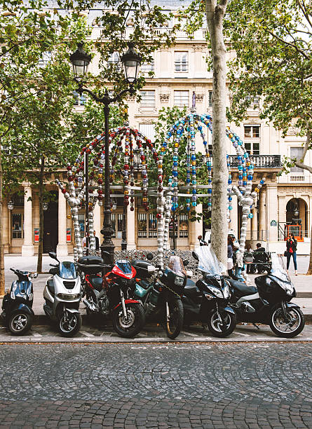 le kiosque des noctambules und geparkt werden : - bmw roller stock-fotos und bilder