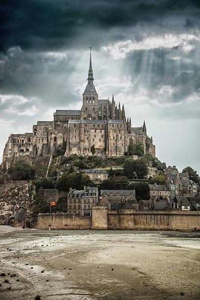 le mont saint michel in normandie frankreich - hochmittelalter stock-fotos und bilder