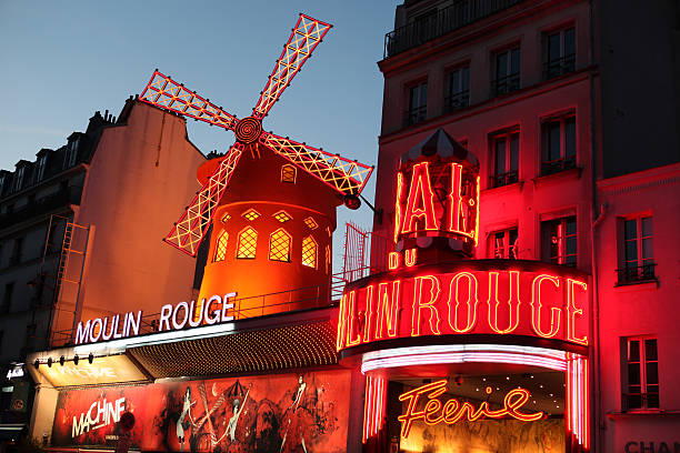 Le Moulin Rouge in der Dämmerung – Foto