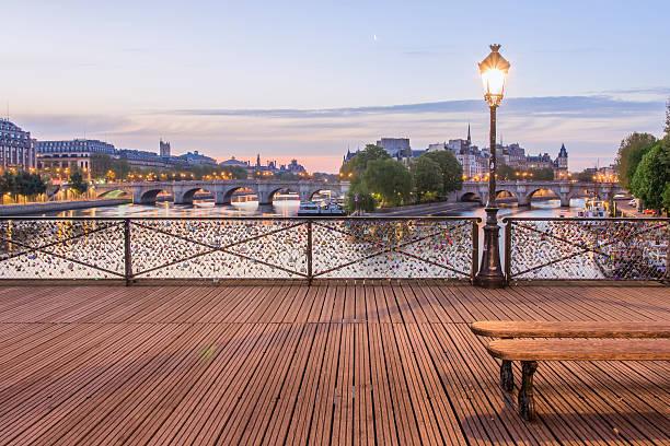 Le Pont des Arts The 'Pont des Arts' with the Ile de la Cité in the Background musee du louvre stock pictures, royalty-free photos & images