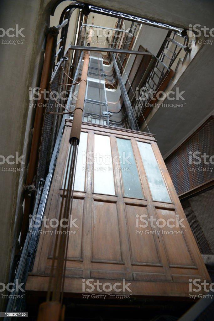 Le vieil ascenseur - foto de stock