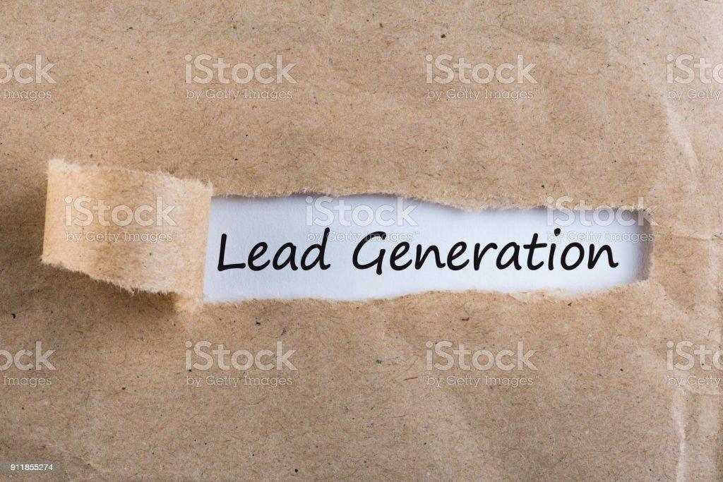 Concepto de generación de plomo - mensaje en descubrir letra - foto de stock