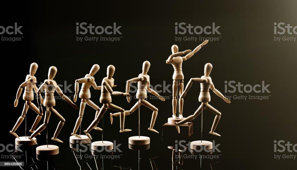 Chef de file encourage ses disciples vers l'avant - Photo de Aller de l'avant libre de droits