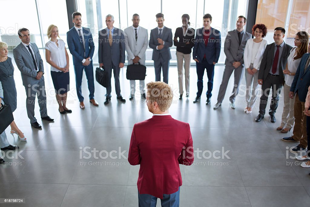 leader standing in front of his successful business team – Foto