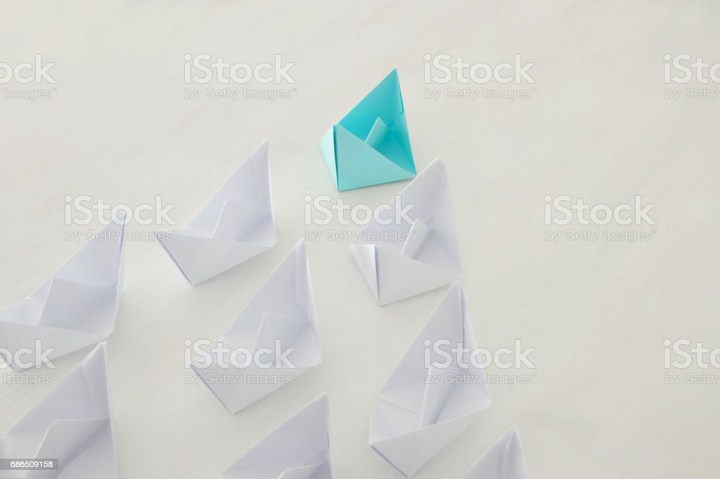 leadership concept, blue paper boat leading followers foto stock royalty-free