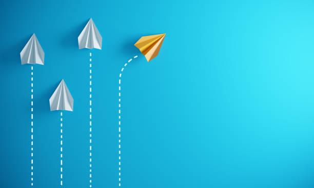 führungskonzept mit papierflugzeugen - geschäftsstrategie stock-fotos und bilder