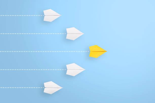 Führungskonzepte mit gelbem Papierflugzeug führen unter weiß – Foto