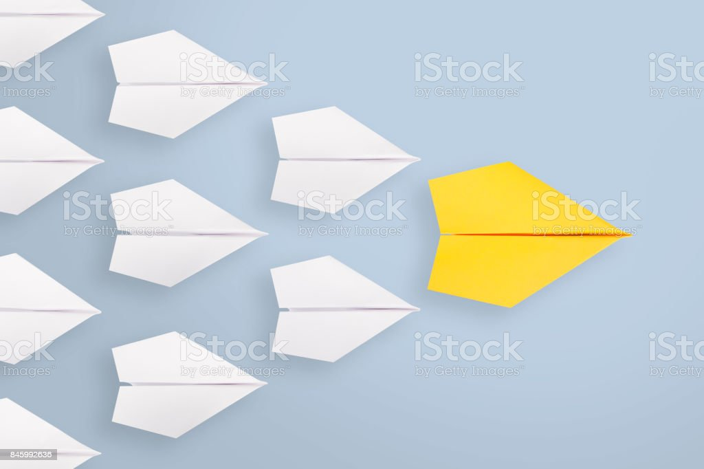 Concepts de leadership avec un interligne d'avion de papier jaune parmi blanc - Photo